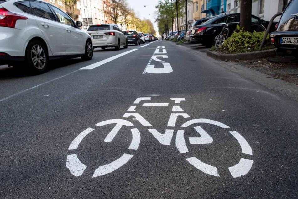 Fahren dürfen auf ihnen nur Busse, Fahrräder, Taxis und Autos mit Elektro-Antrieb.