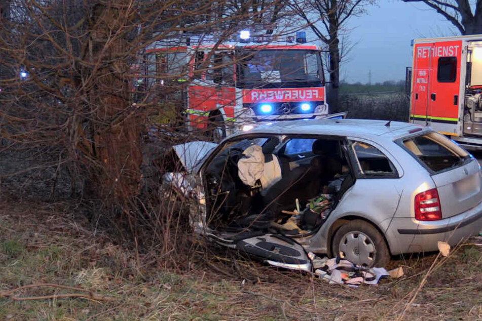 Der 57-jährige Fahrer musste von der Feuerwehr aus dem Auto befreit werden.
