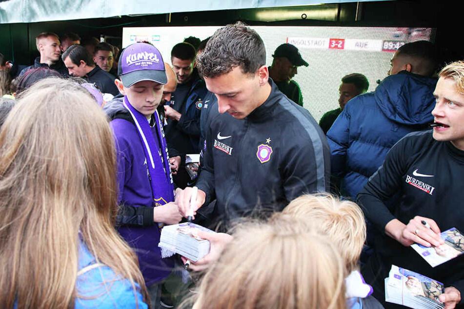 Dominik Wydra schreibt zwar fleißig Autogramme, einen neuen Vertrag hat er allerdings noch nicht unterzeichnet.
