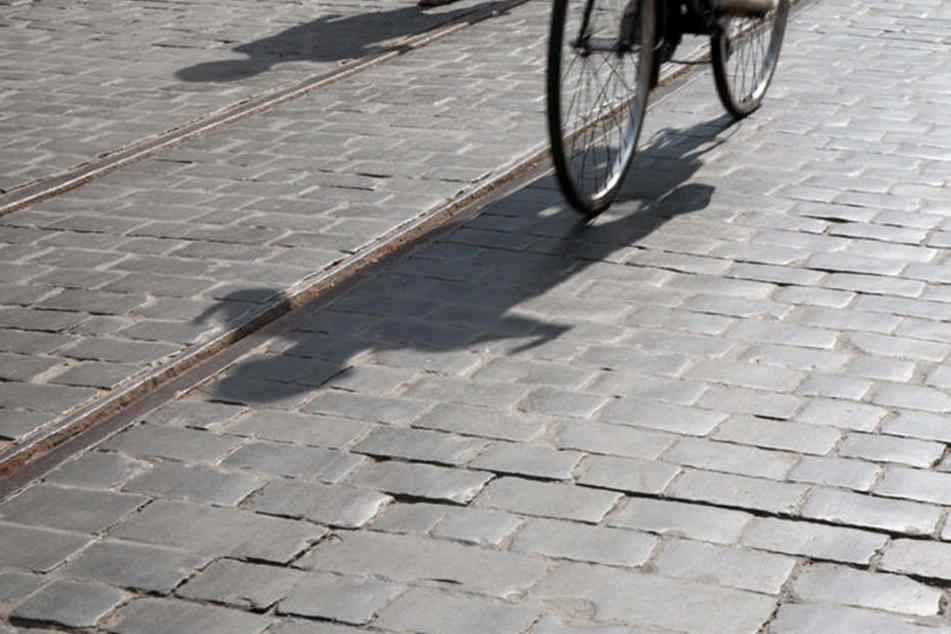 Volltrunken geriet ein 55-Jähriger ins Straucheln und prallte gegen eine Straßenbahn (Symbolbild).