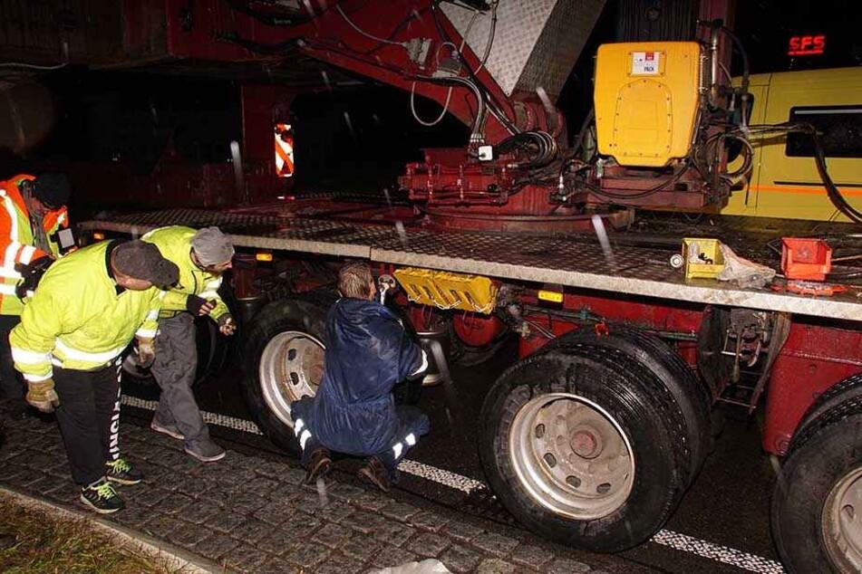 Kurz vor seinem Ziel war der mit einem Airbus A320 beladene Schwertransporter mit einem geplatzten Hydraulikschlauch auf der Bundesstraße 295 liegengeblieben.