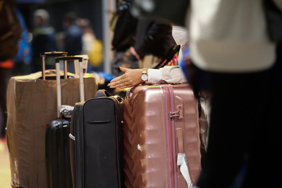 Auf seiner Reise nahm das Mädchen einen rosa Koffer an sich. (Symbolbild)