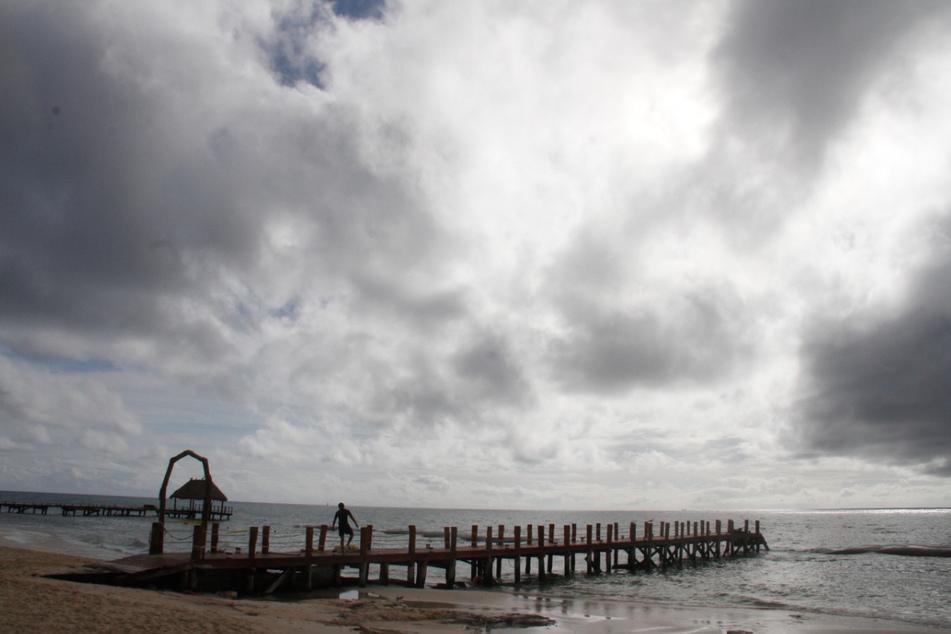 """Ein Arbeiter sichert ein Dock am Playa Del Carmen, bevor der Hurrikan """"Delta"""" eintrifft."""