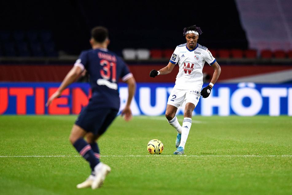 Straßburgs Mohamed Simakan (20, r.) steht offenbar im Fokus von RB Leipzig und dem AC Mailand.