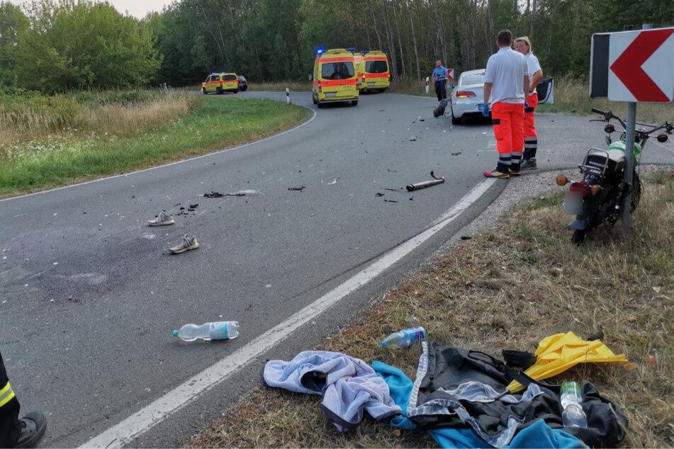 Moped kracht in Kurve in Auto: Kradfahrer schwer verletzt