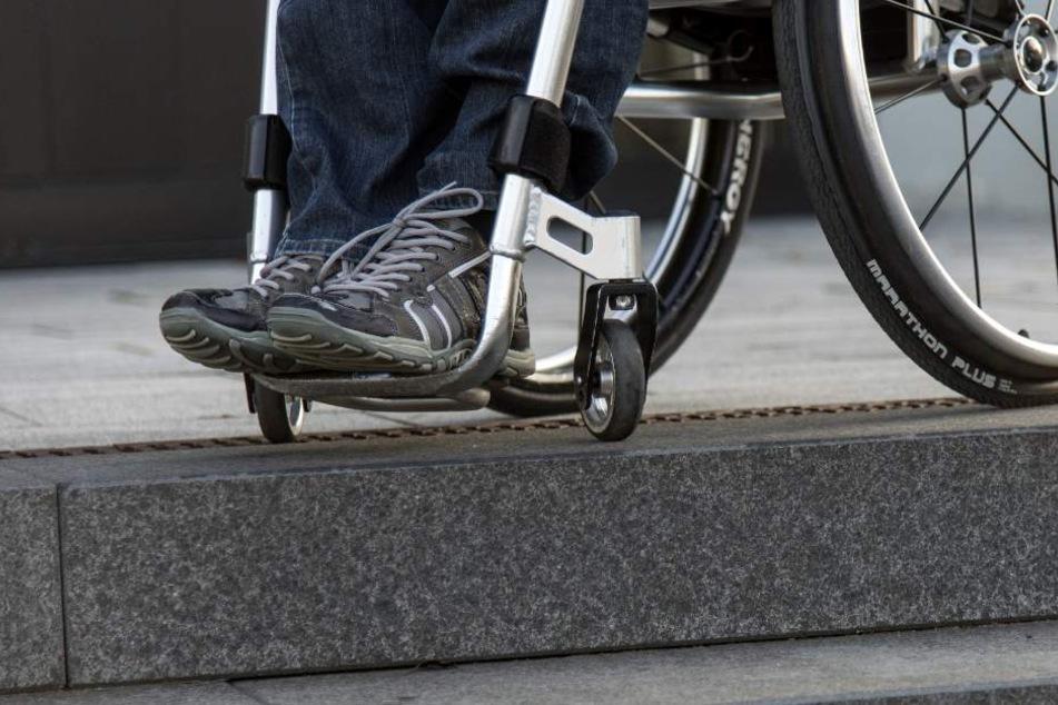 Der geschädigte Rollstuhlfahrer wurde von der Polizei mit Haftbefehl gesucht (Symbolbild).