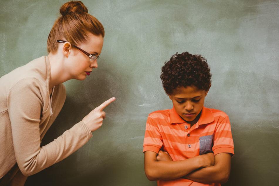 Der Junge und die Lehrerin stritten vor dem Klassenzimmer (Symbolbild).