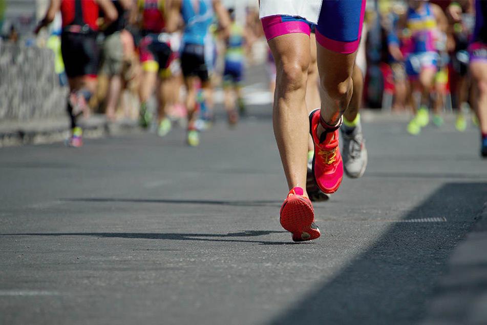 In der Innenstadt sind am Abend hunderte Läufer unterwegs.