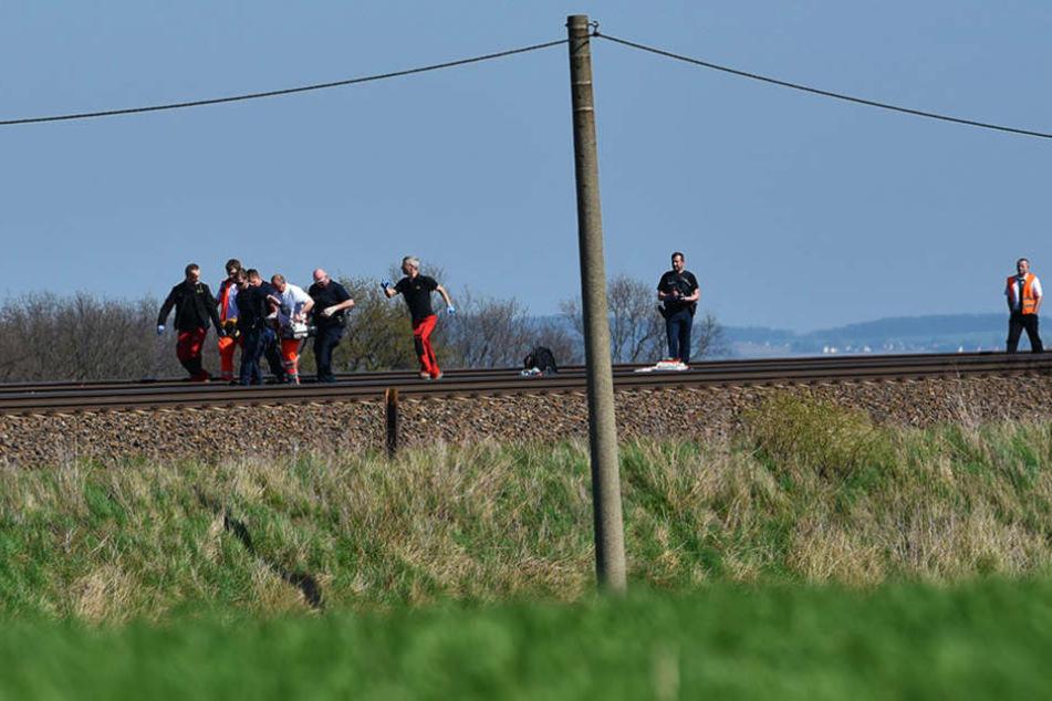 Der Verletzte wurde von einem Zugführer an den Gleisen entdeckt.