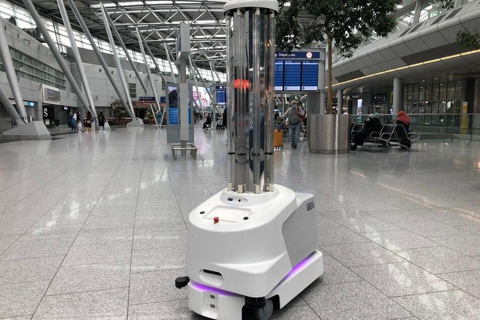 Ein Desinfektionsroboter fährt durch ein Terminal des Flughafen Düsseldorf.