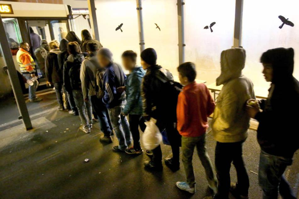 Junge Flüchtlinge, die darauf warten, in Land zu kommen. (Symbolbild)