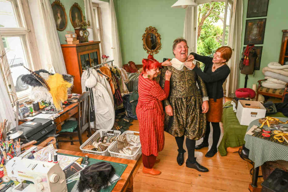 Im Atelier von Ella Späte (60, l.) probiert Kurfürst-Darsteller Detlef Heinichen (56) mit Gewandmeisterin Simone Hermsen (46) das prächtige Wams samt Pluderhosen an.