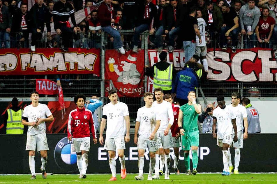 Die Mannschaft war sichtlich bedröppelt, die Fans nach der 1:5-Packung ihres FCB in Frankfurt mächtig sauer: Infolge der Klatsche wurde Niko Kovac entlassen.
