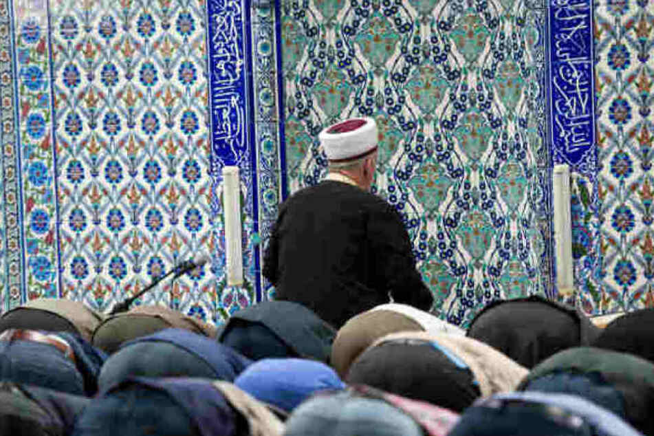 Der Imam war noch im Inneren des Gebäudes, als die Täter die brennenden Flaschen warfen. (Symbolbild)