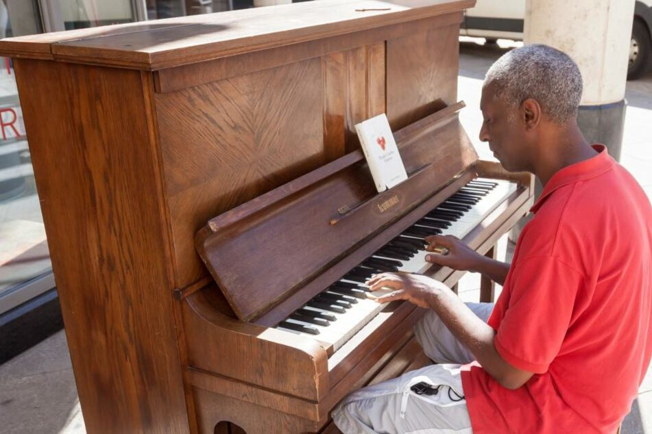 """Shiferaw Tirunea (47) war einer der ersten, die am """"Klavier für Jedermann"""" in die Tasten griff. Das kann künftig jeder."""