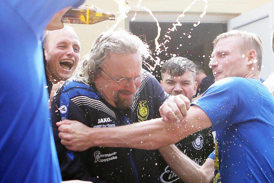 Bierdusche für Trainer Heiko Scholz nach dem Ligasieg in Bernburg. Gibt's am Sonntag ähnliche Szenen?
