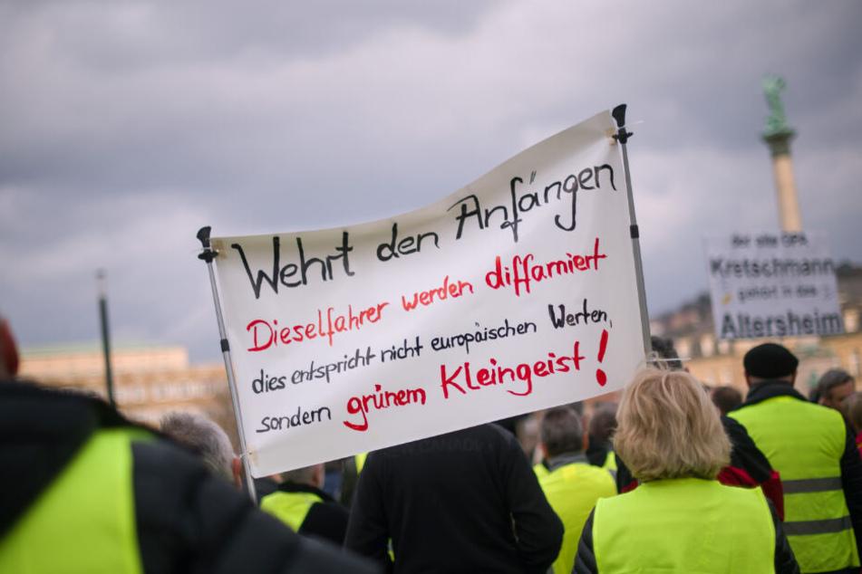 Teilnehmer der Diesel-Demonstration halten Anfang März Schilder hoch.
