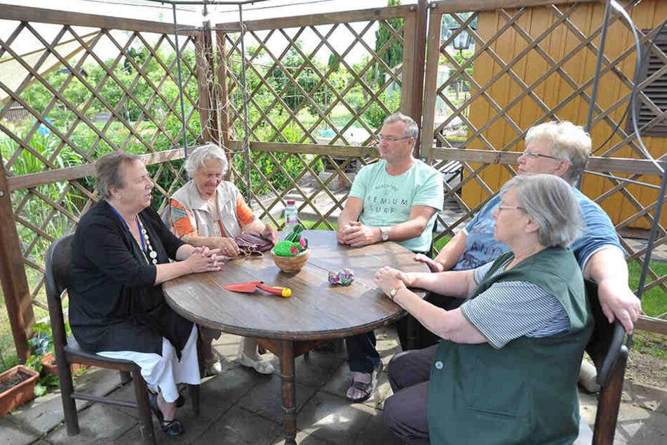 """Senioren und Kleingärtner der Sparte """"Höhensonne"""" treffen sich auch gern zum Plausch am Gartentisch."""