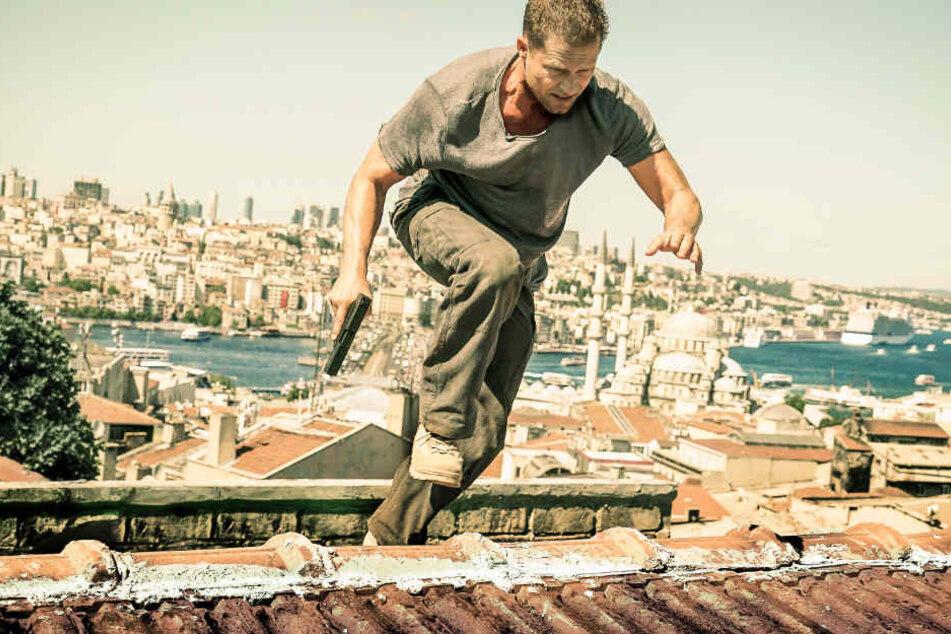 Til Schweiger alias Nick Tschiller jagt über den Dächern von Istanbul seinen Erzfeind..