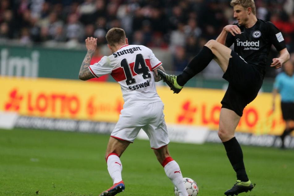 Frankfurts Martin Hinteregger (Re.) - hier im Duell mit Stuttgarts Alexander Esswein - erlitt während der Partie auf Schalke einen Mittelhandbruch sowie eine Kehlkopf- und Brustbeinprellung.