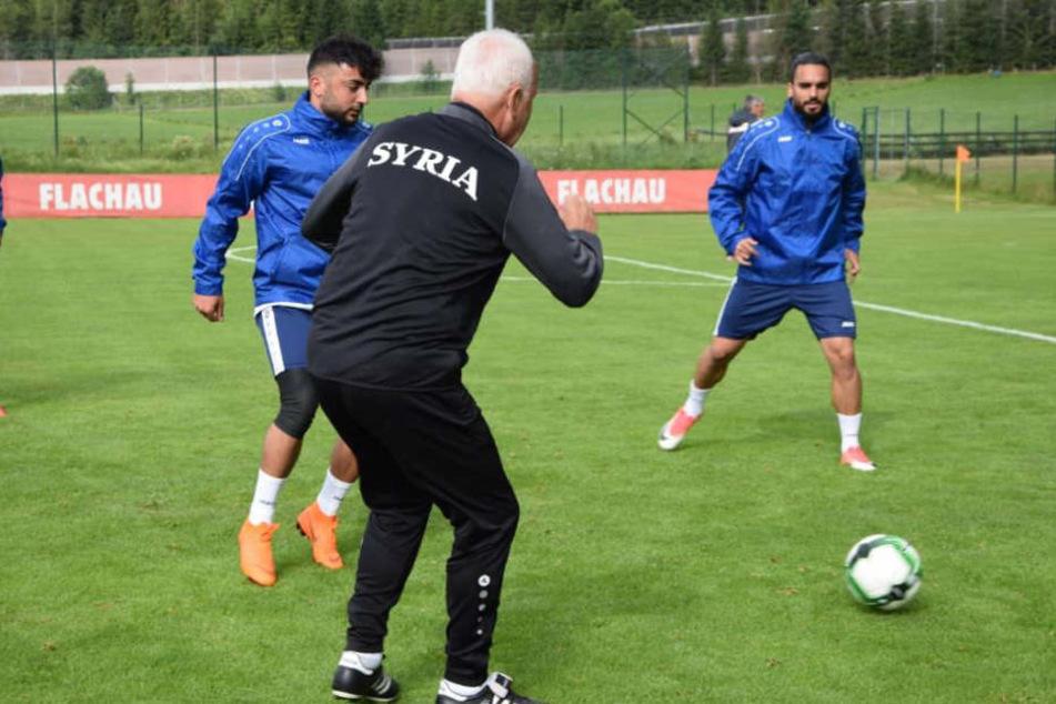 Dynamo Mittelfeldspieler Aias Aosman (re.) im Training mit Bernd Stange.