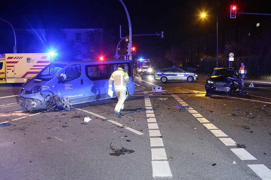 Der VW Golf und der Renault-Transporter stießen frontal zusammen.