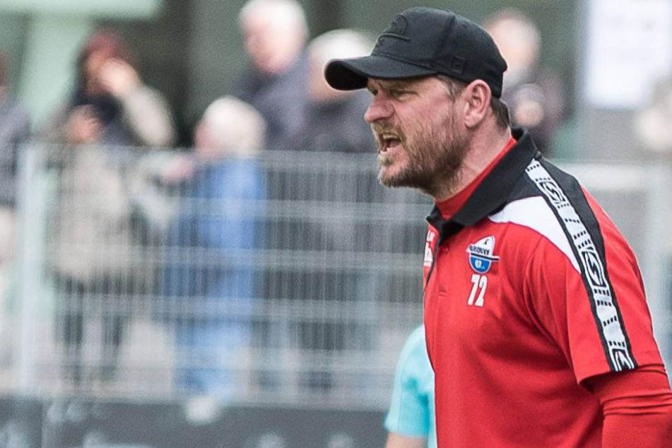 An der Seitenlinie gibt SCP-Trainer Steffen Baumgart (46) klare Anweisungen an seine Mannschaft.