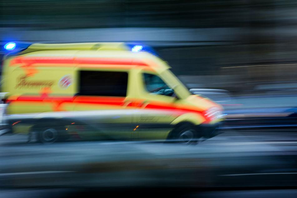 Glücklicherweise konnte sich der Mann selbst aus seinem Auto befreien. Er wurde bei dem Unfall schwer verletzt. (Symbolbild)