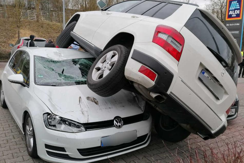 Unter anderem auf einem VW kommt der Mercedes-Fahrer zum Stehen.