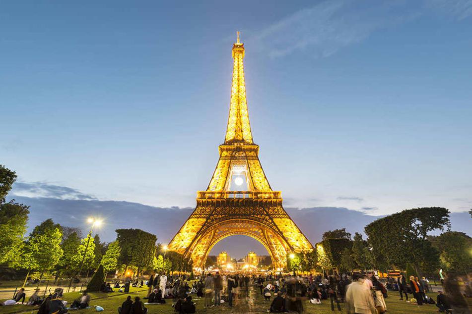 Der Eiffelturm ist ein großer Touristen-Höhepunkt und besonders bei Nacht beeindruckend beleuchtet.