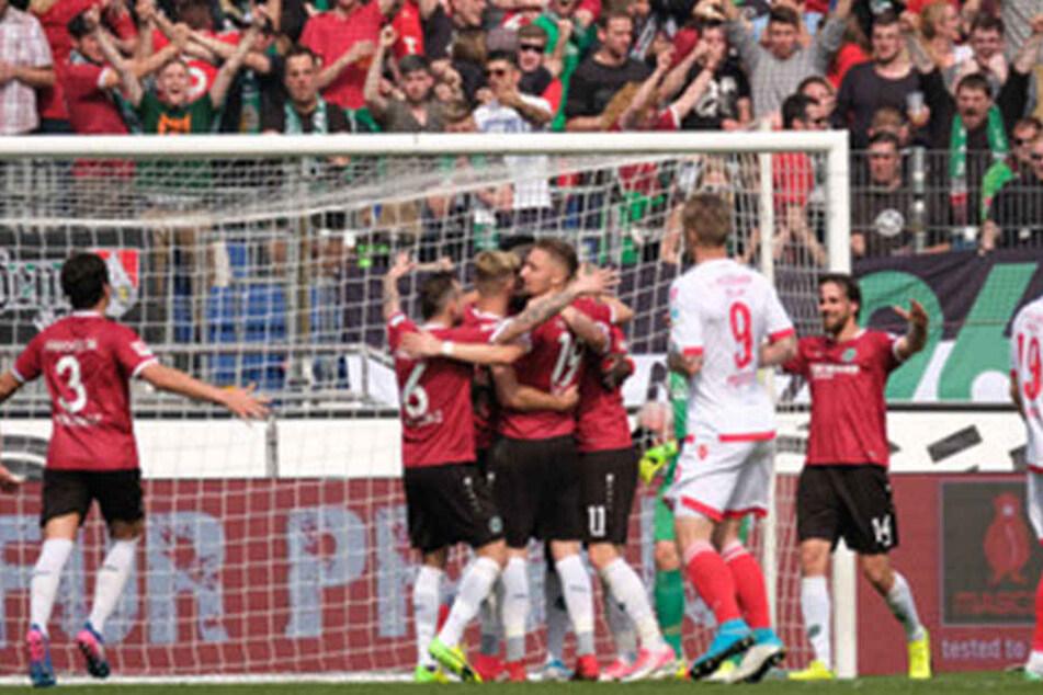 Hannover 96 bejubelt unter Neu-Coach André Breitenreiter einen Heimsieg. Die Union-Spieler haben das Nachsehen.