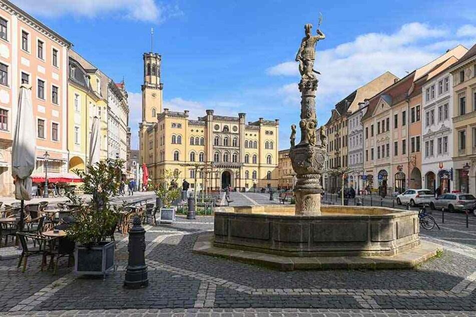 Der Marktplatz mit dem Rathaus ist nur einer von vielen malerischen Orten in der Stadt.