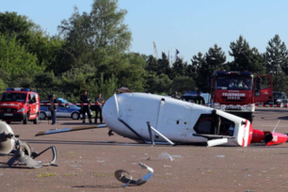 Das Wrack des Hubschraubers liegt auf dem Gelände eines Hotels im Rostocker Yachthafen Hohe Düne.