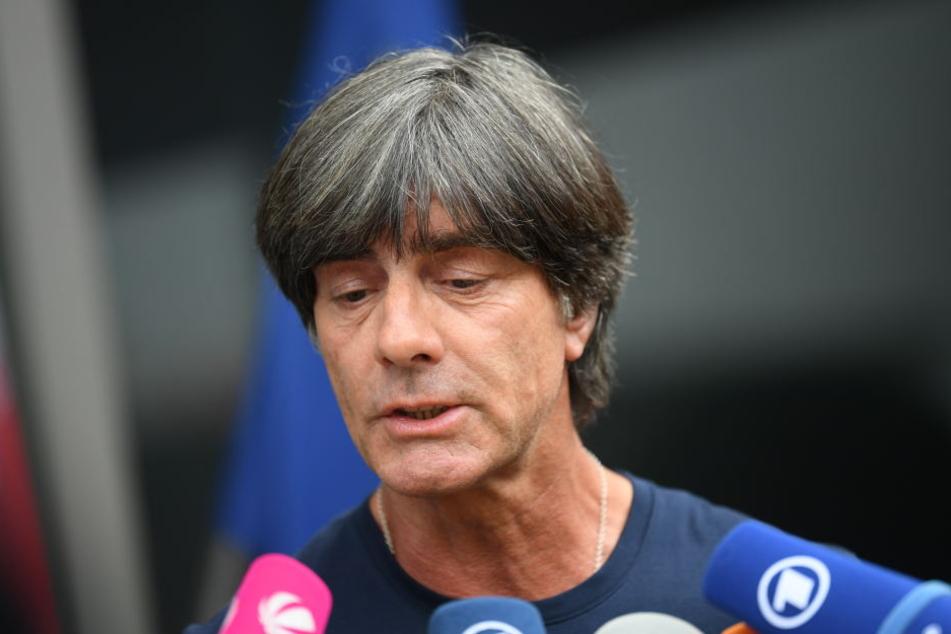 Joachim Löw stand den Journalisten am Flughafen Rede und Antwort.