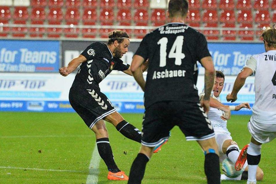 Timo Röttger (l.) hat abgezogen, gleich schlägt der Ball im Zwickauer Gehäuse zum 0:1 ein - schon der  Genickbruch für den Gastgeber.