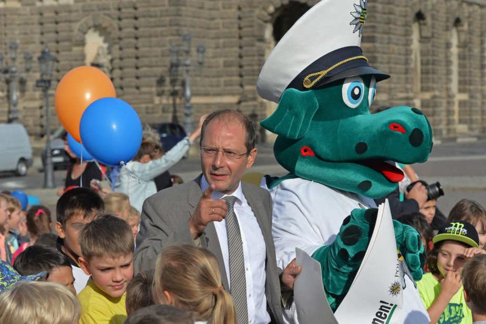Poldi und sein Chef, Innenminister Markus Ulbig (52, CDU). Derzeit werden  Darsteller gesucht. Sie müssen aber bereits beim Freistaat beschäftigt sein