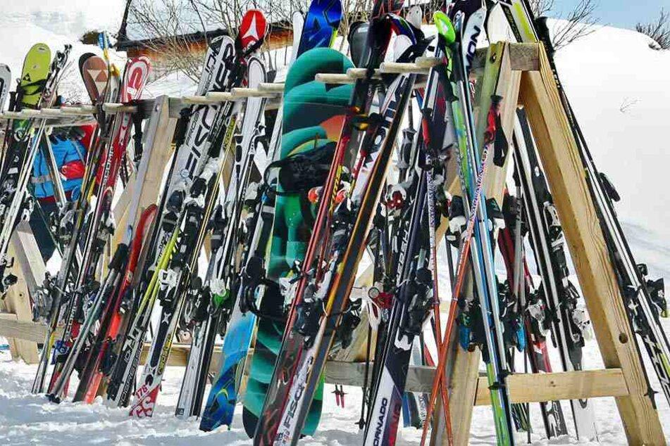 Vor allem im Freien schlagen Ski-Diebe bevorzugt zu. Am Fichtelberg wurden im Vorjahr gleich 25 Fälle gemeldet.