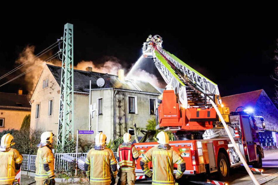 Dichter Qualm dringt aus Haus: Dutzende Einsatzkräfte löschen Brand