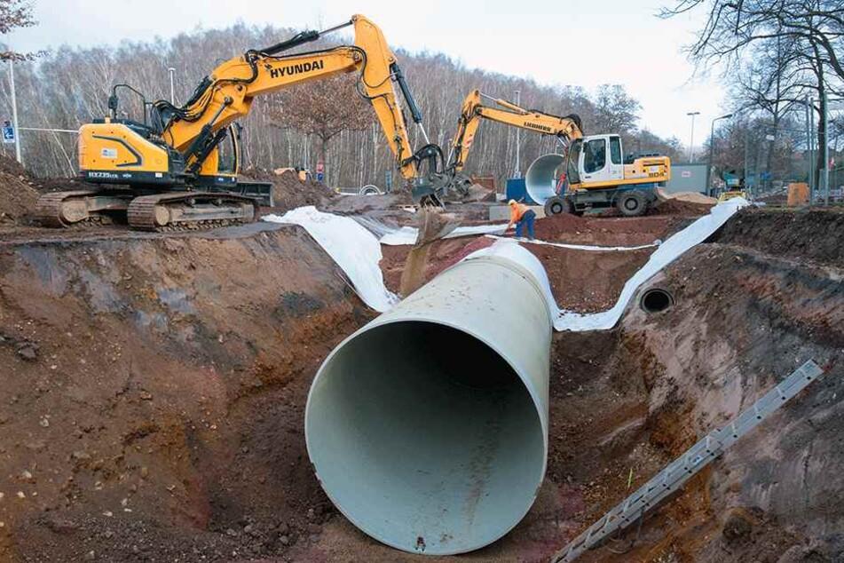 Gigantische Maße: jedes einzelne Rohr ist 6 Meter lang, wiegt 5,5 Tonnen und hat einen Durchmesser von 3 Metern. Zusammen ergeben sie einen 30 Meter langen Abwasserkanal.