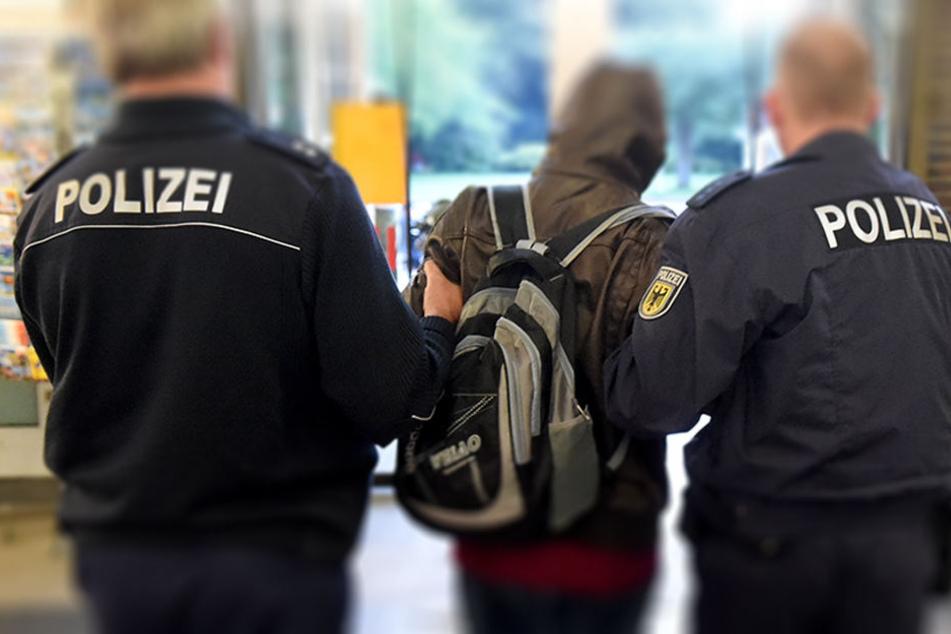 Mehrere Jahre blieb er unentdeckt. Bei einer Routinekontrolle ging er den Bundespolizisten ins Netz. (Symbolbild)