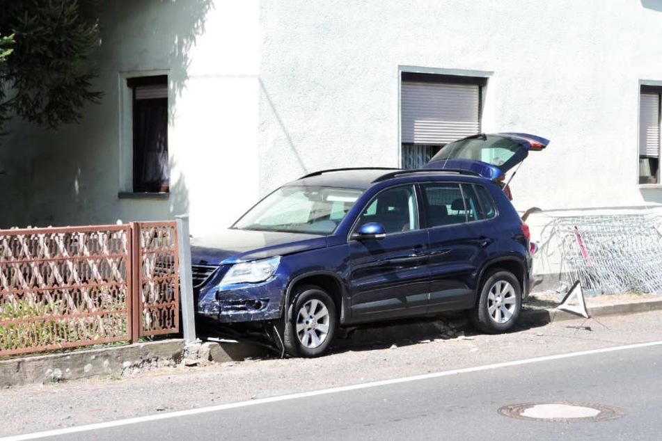 Die Frau landete mit ihrem VW mitten in einem Zaun.