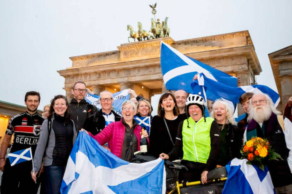 Rekordhalterin Jenny Graham (38) im Kreise ihrer Familie und Freunde vorm Brandenburger Tor.