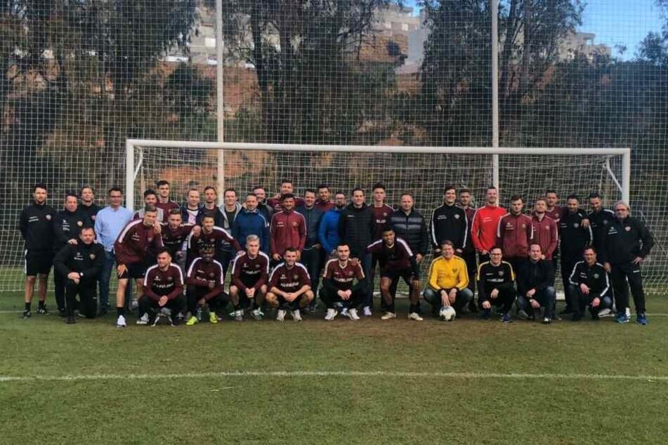Am Ende der Trainingseinheit gab es ein Foto mit Spielern, Betreuern und Fans.