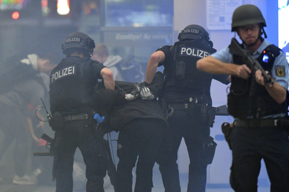 Polizisten sichern den Bahnhof ab.