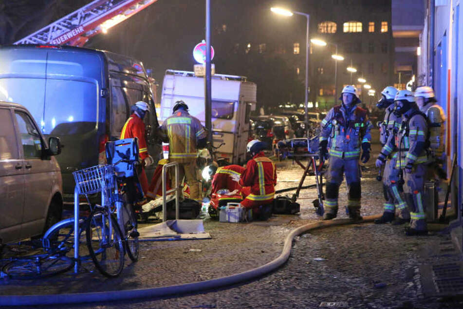 Rettungskräfte führen eine Renamiation vor Ort durch.