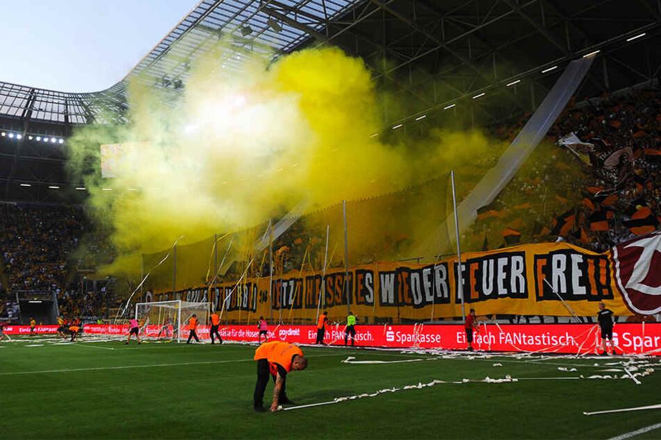 Bereits am ersten Spieltag qualmte es kräftig in Dynamos K-Block, doch ab und an kriselte es noch. Mittlerweile sind die Fans wieder Feuer und Flamme mit ihrem Team.