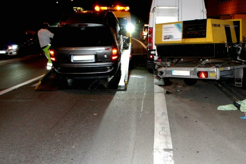 Der Unfallwagen wird nach dem Unfall in Hagen abgeschleppt.