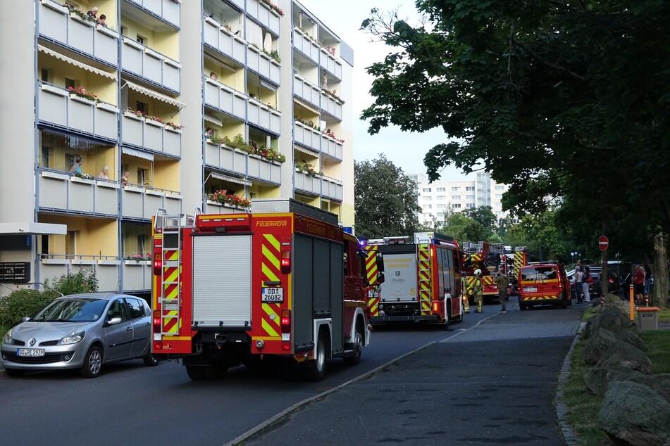 Am Montagabend blockierten mehrere Feuerwehrfahrzeuge die Gamigstraße in Dresden Prohlis.