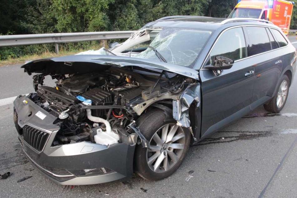 Wagen kracht auf A2 in Laster: Unfallverursacher flüchtet