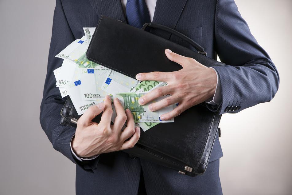 Ein mutmaßlicher Serienbetrüger hat vor dem Düsseldorfer Landgericht gestanden, Banken als vergesslicher Geschäftsmann um fast 200.000 Euro erleichtert zu haben.